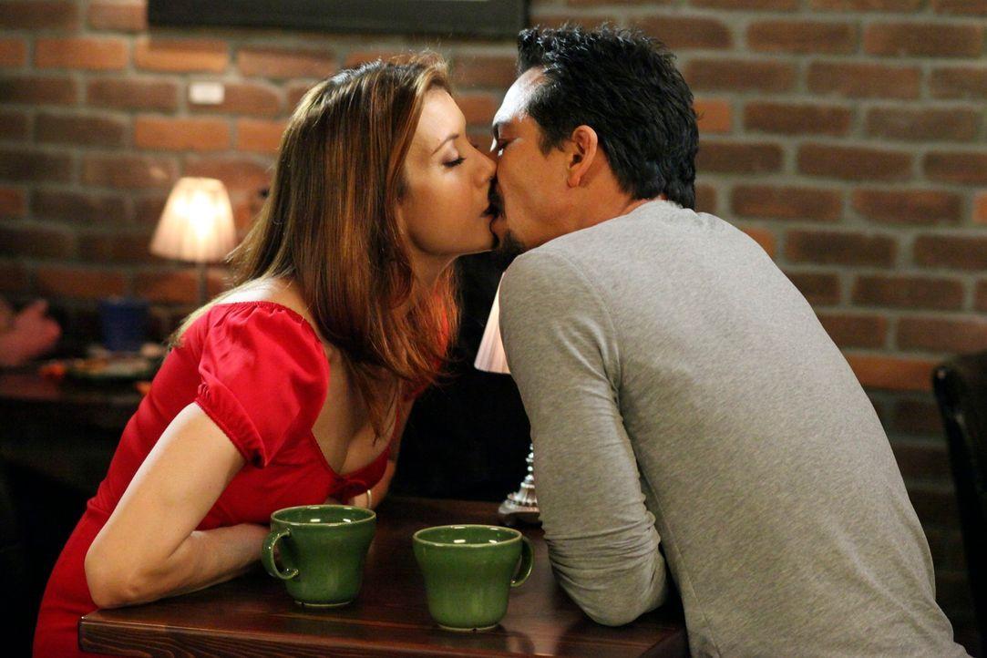Addison (Kate Walsh, l.) genießt die Zeit mit ihrem neuen Verehrer (Benjamin Bratt, r.) ... - Bildquelle: ABC Studios