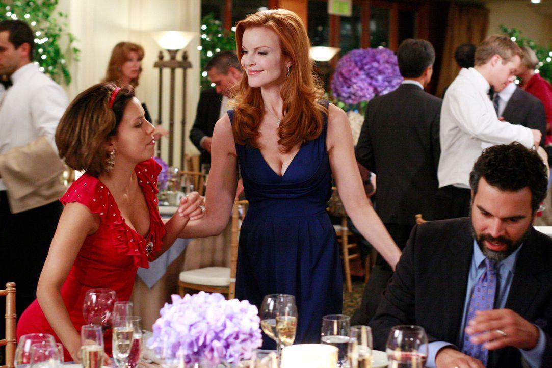 Noch fühlt sich Gabrielle (Eva Longoria, l.) wohl auf der Party, obwohl sie eigentlich wieder ausgeladen wurde. Doch bald schon müssen sie und Bree... - Bildquelle: ABC Studios