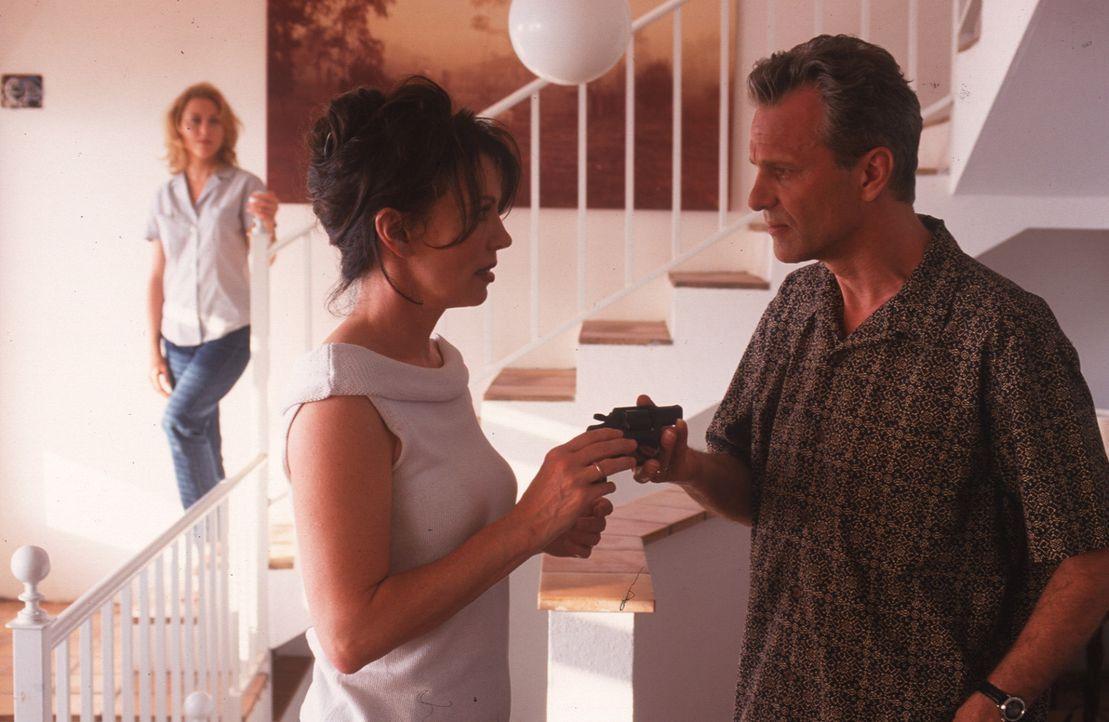 Lea (Iris Berben, M.) fühlt sich bedroht und lässt sich von Til (Peter Sattmann, r.) und seiner Frau Sonja (Gruschenka Stevens, l.) eine Pistole g... - Bildquelle: Sat.1