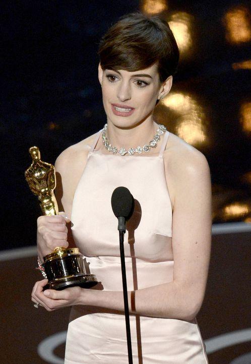 Anne Hathaway gewinnt den Oscar als Beste Nebendarstellerin - Bildquelle: AFP