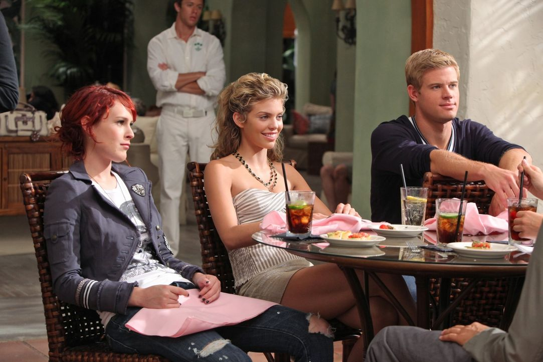 Um die Zeitung pünktlich zur Deadline fertig zu haben, arbeiten Gia (Rumer Willis, l.), Naomi (AnnaLynne McCord, M.) und Teddy (Trevor Donovan, r.)... - Bildquelle: TM &   CBS Studios Inc. All Rights Reserved