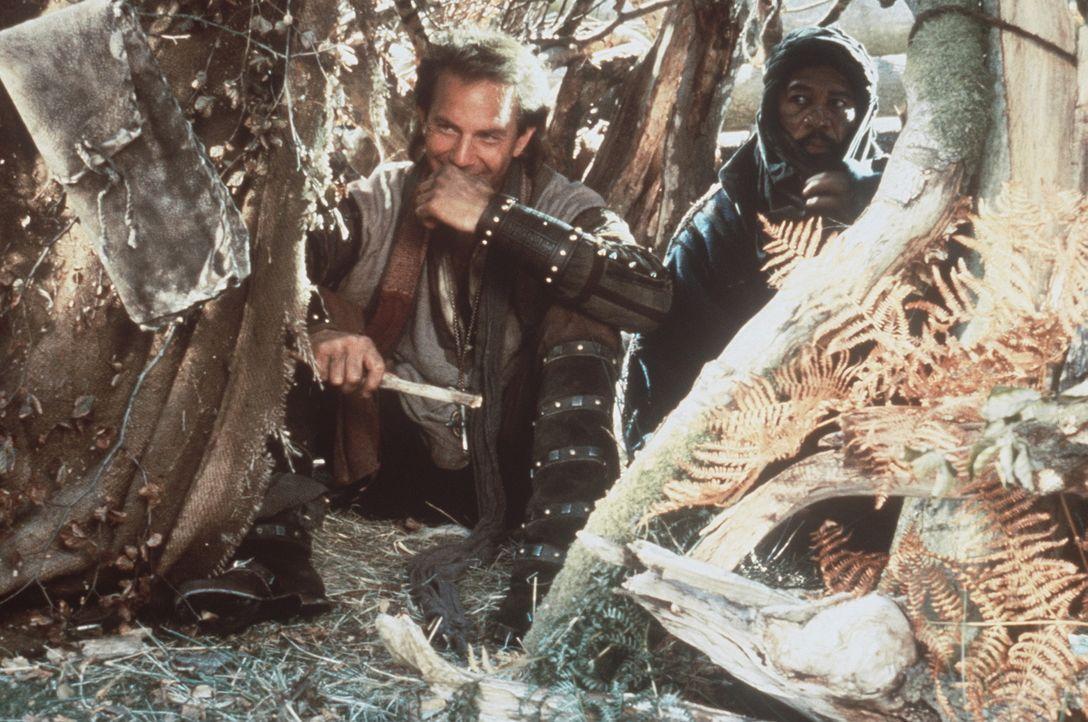Weil Robin (Kevin Costner, l.) einst dem Mohren Azeem (Morgan Freeman, r.) das Leben rettete, begleitet dieser Robin nach England und kämpft mit ih... - Bildquelle: WARNER BROS.