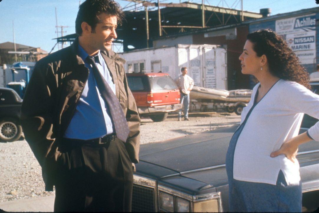 Hathaway (Julianna Margulies, r.) findet bei ihrem Kollegen Kovac (Goran Visnjic, l.) Unterstützung beim Erwerb eines neuen Wagens. - Bildquelle: TM+  2000 WARNER BROS.