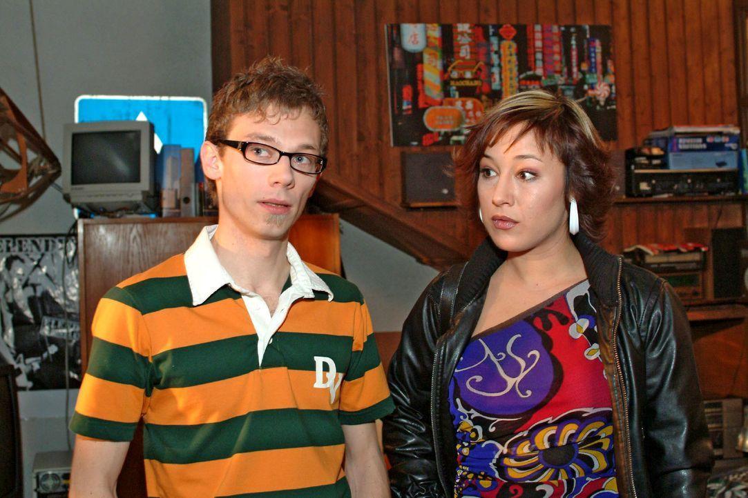 Jürgen (Oliver Bokern, l.) will Lisa helfen, die dringend Geld benötigt, um ein Supermodel zu bezahlen. Er hat auch schon einen Plan, bei dem ihn Yv... - Bildquelle: Monika Schürle SAT.1 / Monika Schürle