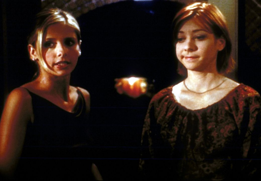 Buffy (Sarah Michelle Gellar, l.) gelingt es nicht, Willow (Alyson Hannigan, r.) über ihren Liebeskummer hinwegzuhelfen. - Bildquelle: TM +   2000 Twentieth Century Fox Film Corporation. All Rights Reserved.