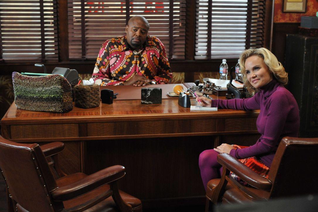 """Emerson (Chi McBride, l.) und Olive (Kristin Chenoweth, r.) gehen dem Fall """"Merle McQuoddy"""" auf den Grund. Vor Jahren ist der erfahrene Seemann vers... - Bildquelle: Warner Brothers"""