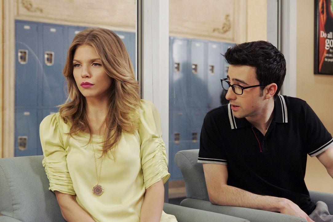 Naomi (AnnaLynne McCord, l.) und Max (Josh Zuckerman, r.) müssen sich wegen Naomis Hausaufsatz vor der Schuldirektorin verantworten ... - Bildquelle: TM &   2011 CBS Studios Inc. All Rights Reserved.
