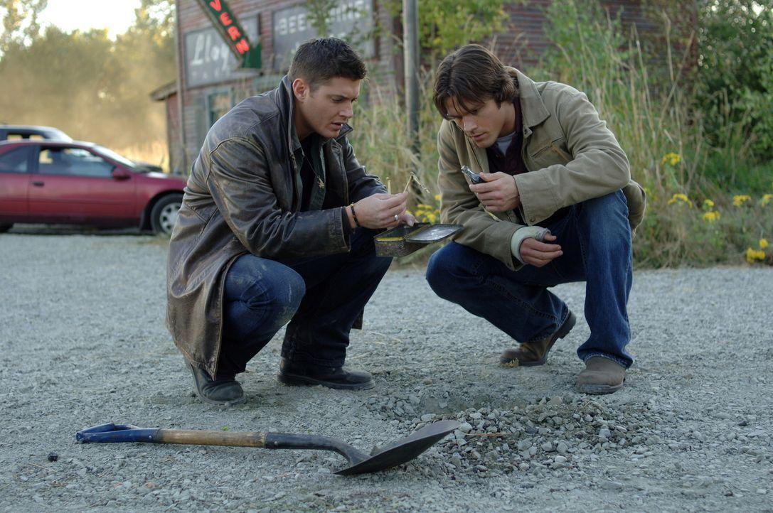 Tatsächlich stoßen Sam (Jared Padalecki, r.) und Dean (Jensen Ackles, l.) bei ihrer Suche auf eine dubiose Metallbox ... - Bildquelle: Warner Bros. Television