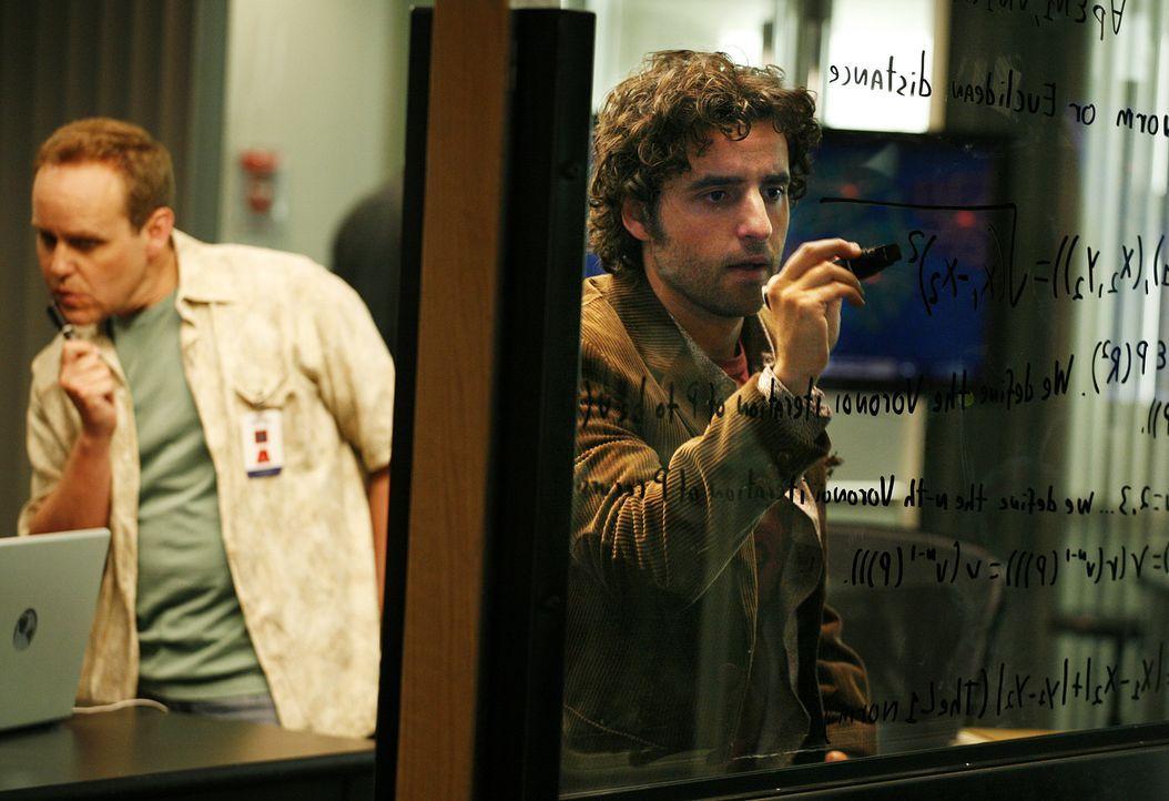 Dr. Larry Fleinhardt (Peter MacNicol, l.) und Charlie Eppes (David Krumholtz, r.) verfolgen eine heiße Spur ... - Bildquelle: Paramount Network Television