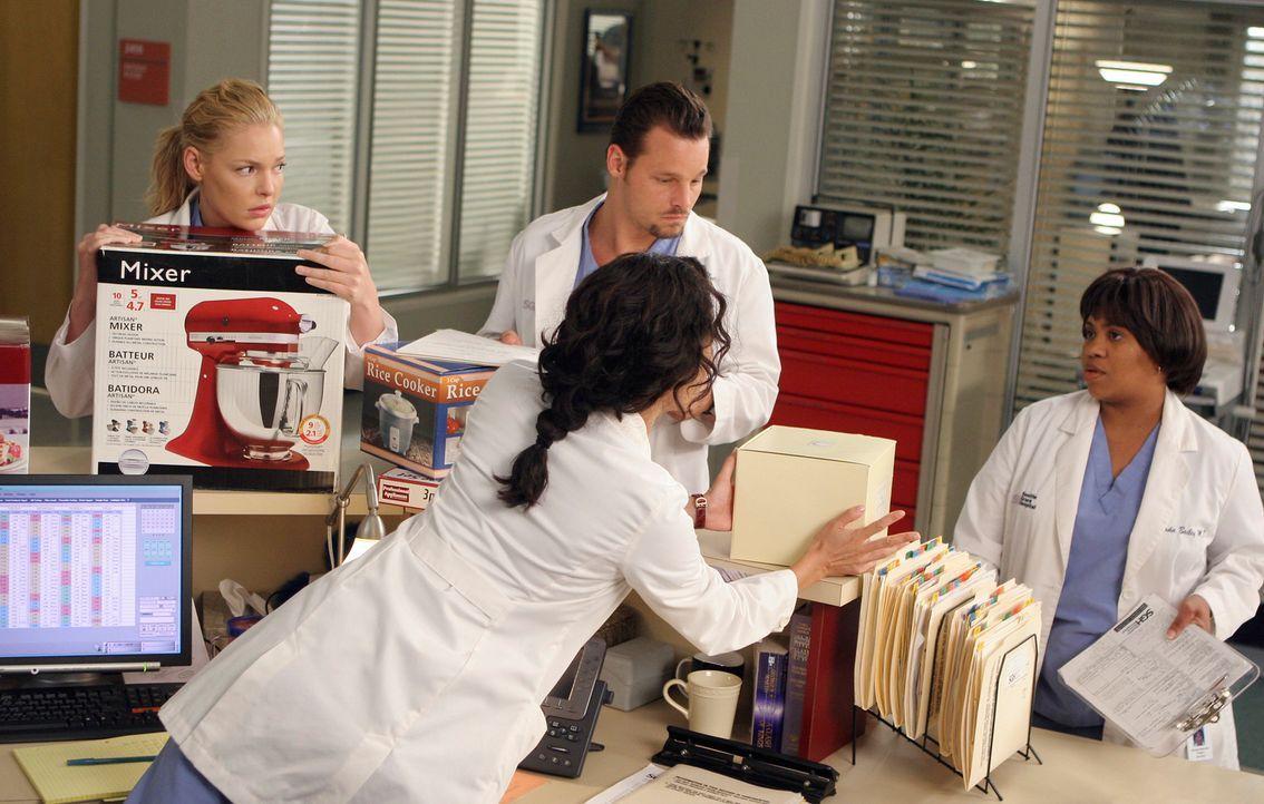 Cristina (Sandra Oh, 2.v.r.) versucht alles, um ihre Hochzeitsgeschenke bei Bailey (Chandra Wilson, r.), Izzie (Katherine Heigl, l.) und Alex (Justi... - Bildquelle: Touchstone Television