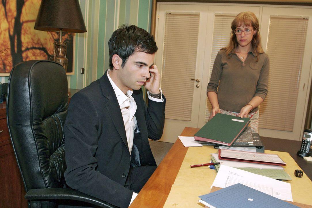 Während David (Mathis Künzler, l.) beunruhigende Nachrichten aus der Klinik erhält, bringt Lisa (Alexandra Neldel, r.) die Unterschriftenmappe, die... - Bildquelle: Noreen Flynn SAT.1 / Noreen Flynn