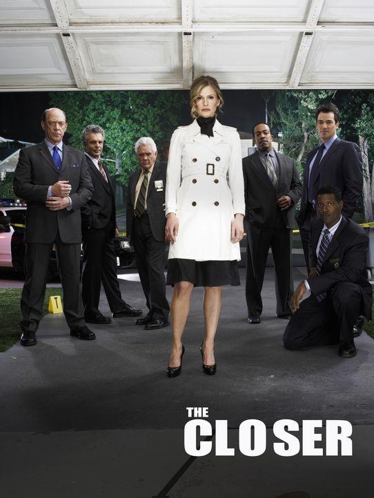 (2. Staffel) - Deputy Chief Brenda Leigh Johnson (Kyra Sedgwick, vorne) kämpft sich durch die raue Männerwelt (v.l.n.r.: Corey Reynolds, J.K. Simmon... - Bildquelle: Warner Brothers