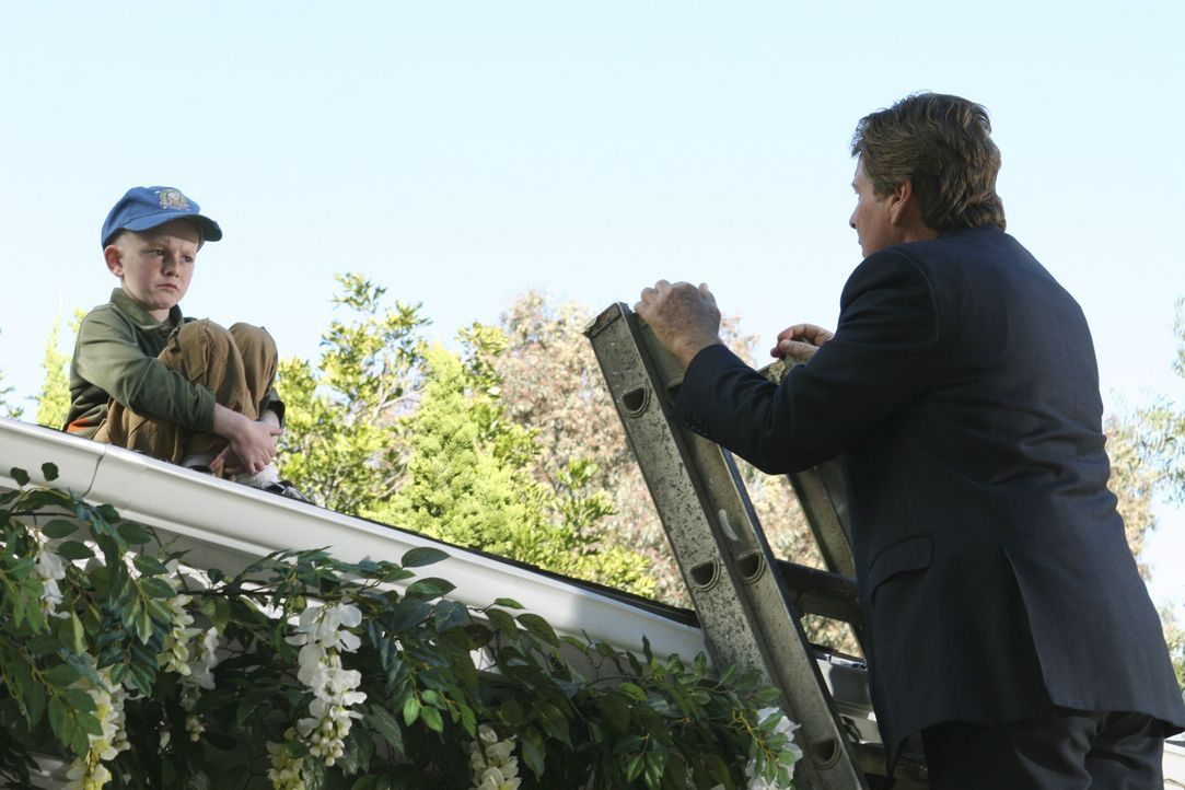 Lynette kann ihre Bande nicht zähmen, so versucht Rodney (Ryan O'Neal, r.) seinen Enkel Parker (Zane Huett, l.) vom Dach zu locken ... - Bildquelle: Touchstone Television