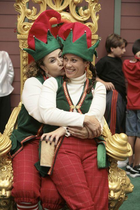 Weihnachten steht vor der Tür: Liz (Roma Maffia, l.) und Poppy (Alanis Morissette, r.) arbeiten für einen guten Zweck: als Elfen in einem Einkaufs... - Bildquelle: TM and   2004 Warner Bros. Entertainment Inc. All Rights Reserved.
