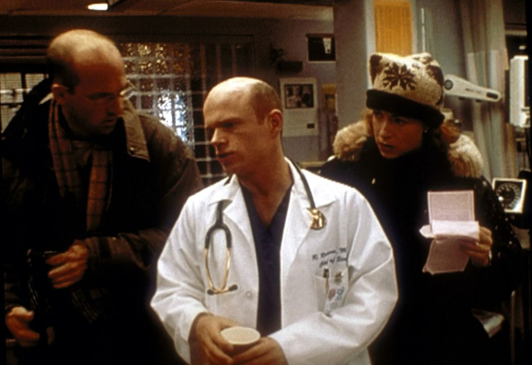 Dr. Romano (Paul McCrane, M.) verlangt von Corday (Alex Kingston, r.), dem Sexualverbrecher ein Geständnis zu entlocken. Greene (Anthony Edwards, l.... - Bildquelle: TM+  2000 WARNER BROS.