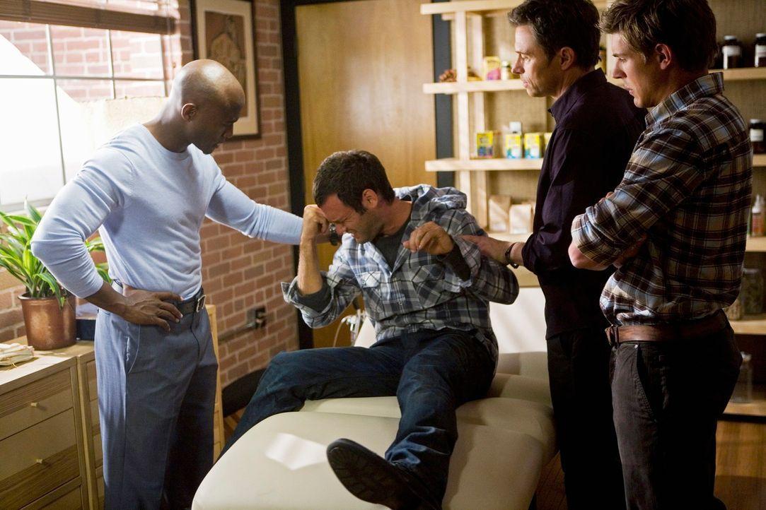 Mit Mühe und Not können Pete (Tim Daly, 2.v.r.), Sam (Taye Diggs, l.) und Dell (Chris Lowell, r.) den drogensüchtigen Keith (Christopher Gartin, 2.v... - Bildquelle: ABC Studios