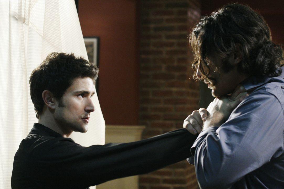 Kyle (Matt Dallas, l.) erfährt von Cassidy (Hal Ozsan, r.), dass Adams Experiment der künstlichen Gebärmutter kurz vor der Wiederauferstehung ste... - Bildquelle: TOUCHSTONE TELEVISION
