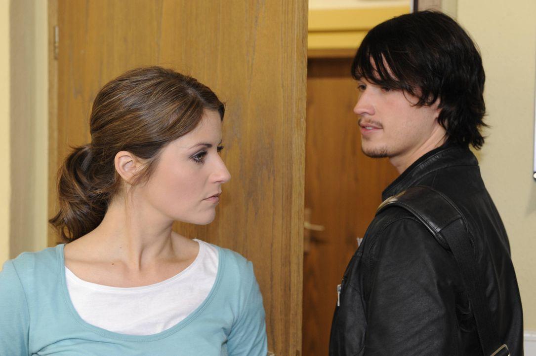 Helena spielt mal wieder ihre Intrigen gegen Bea (Vanessa Jung, l.) aus: Sie will Bea die Entscheidung überlassen, ob Ben (Christopher Kohn, r.) vo... - Bildquelle: SAT.1