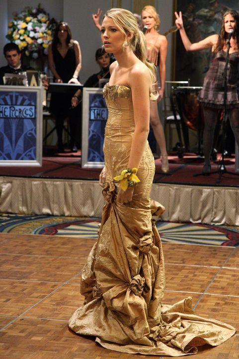 Serena (Blake Lively) hat sich den Ball etwas anders vorgestellt, denn ihre Großmutter wünscht sich einen anderen Mann an ihrer Seite ... - Bildquelle: Warner Brothers
