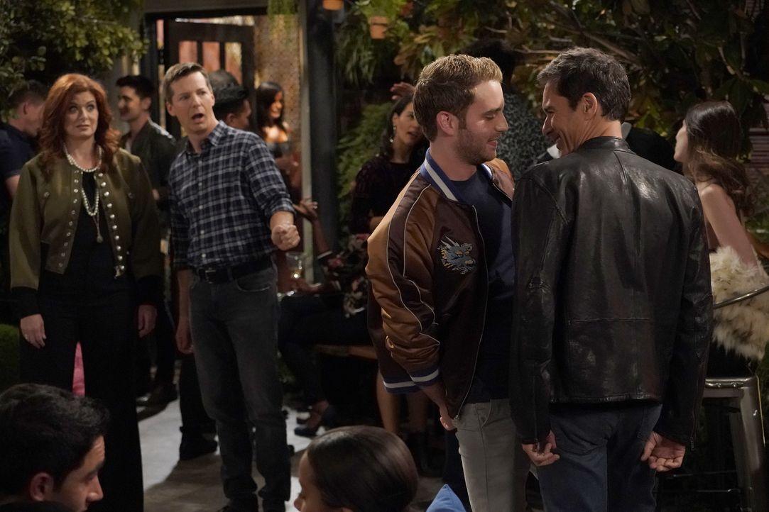 Grace (Debra Messing, l.) und Jake (Sean Hayes, 2.v.l.) sind geschockt, dass Will (Eric McCormack, r.) bei dem Mittzwanziger Blake (Ben Platt, 2.v.r... - Bildquelle: Chris Haston 2017 NBCUniversal Media, LLC / Chris Haston