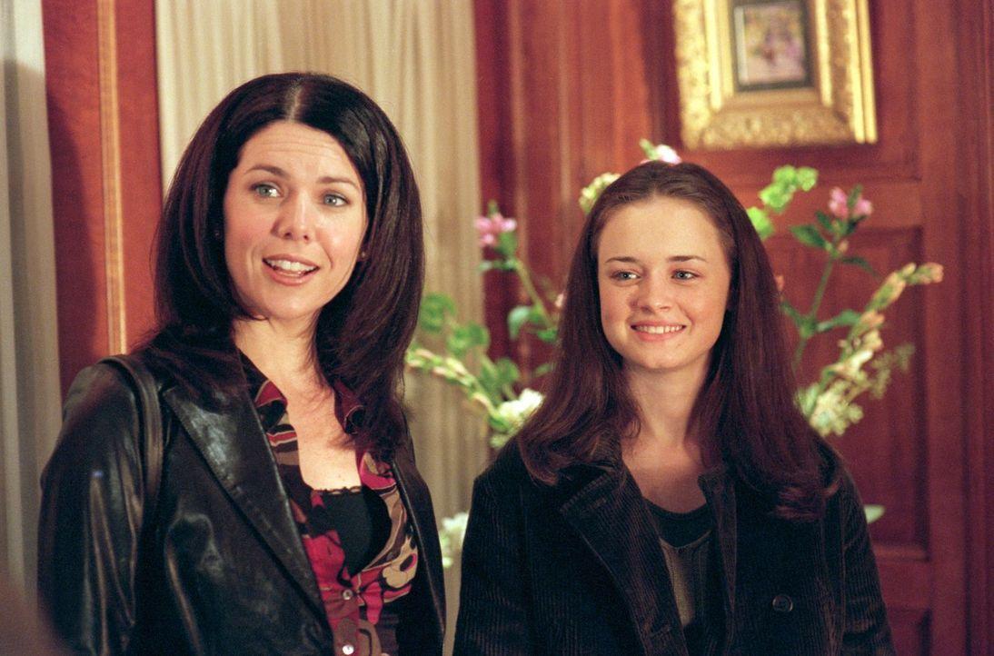 Lorelai (Lauren Graham, l.) ist alles andere als begeistert, als Rory (Alexis Bledel, r.) von Emily nahezu gezwungen wird mit Richard golfen zu gehe... - Bildquelle: 2000 Warner Bros.