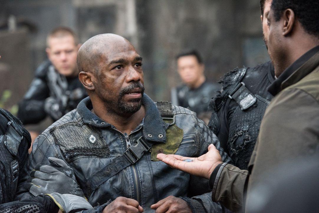 Pike (Michael Beach) bekommt das Angebot, der Stadt der Lichter beizutreten. Wird er das gefährliche Angebot annehmen? - Bildquelle: 2014 Warner Brothers