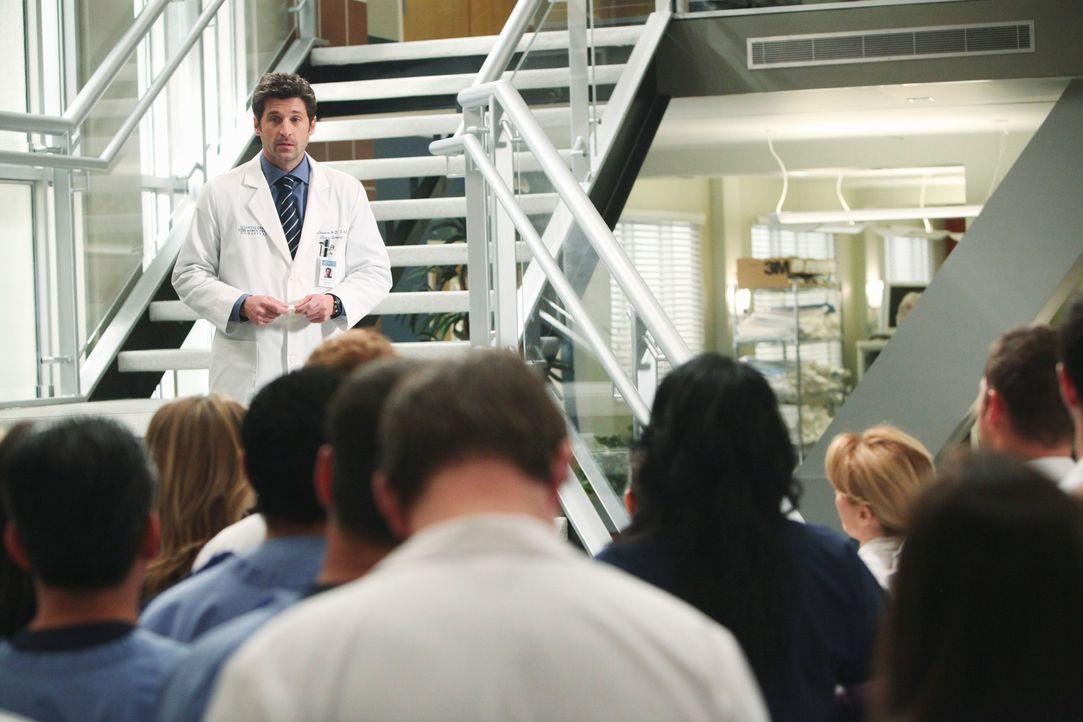 Derek (Patrick Dempsey, hinten) teilt dem Mitarbeitern mit, dass er vorübergehend den Posten als Chief übernehmen wird .... - Bildquelle: Touchstone Television