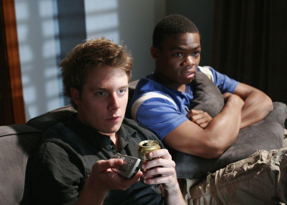 Evan (Jake McDorman, l.) und Calvin (Paul James, r.) sind alleine im Cappa Tau-Verbindungshaus und versuchen sich die Zeit zu vertreiben. Durch das... - Bildquelle: 2007 ABC FAMILY. All rights reserved. NO ARCHIVING. NO RESALE.