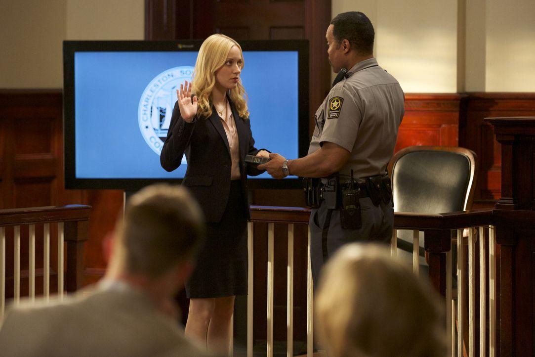 Lee Annes (Georgina Haig, l.) Gerichtverhandlung steht bevor und halt einige böse Überraschungen bereit ... - Bildquelle: 2013 CBS BROADCASTING INC. ALL RIGHTS RESERVED.