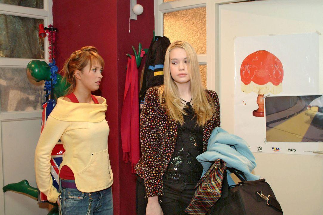 Hannah (Laura Osswald, l.) weiß nicht, wie sie die enttäuschte Kim (Lara-Isabelle Rentinck, r.) noch trösten soll. Kim hatte gehofft, in die WG e... - Bildquelle: Sat.1