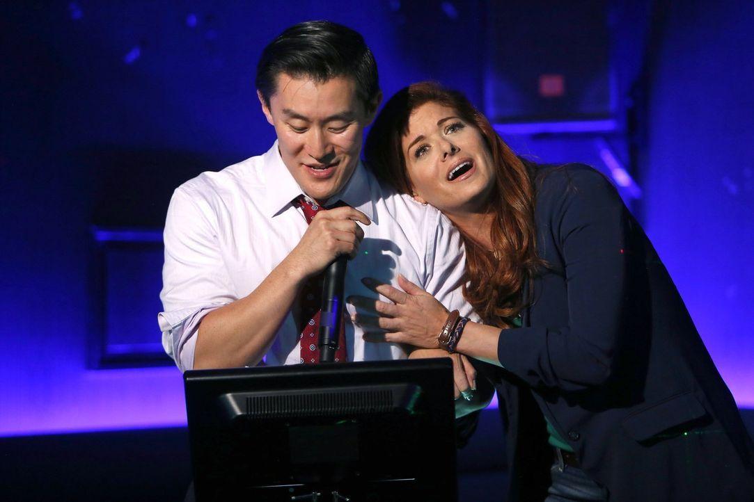 Um einem Mordfall aufdecken zu können, schreckt Laura (Debra Messing, r.) nicht vor einem Karaoke-Duett mit einem koreanischen Geschäftsmann (Jason... - Bildquelle: Warner Bros. Entertainment, Inc.