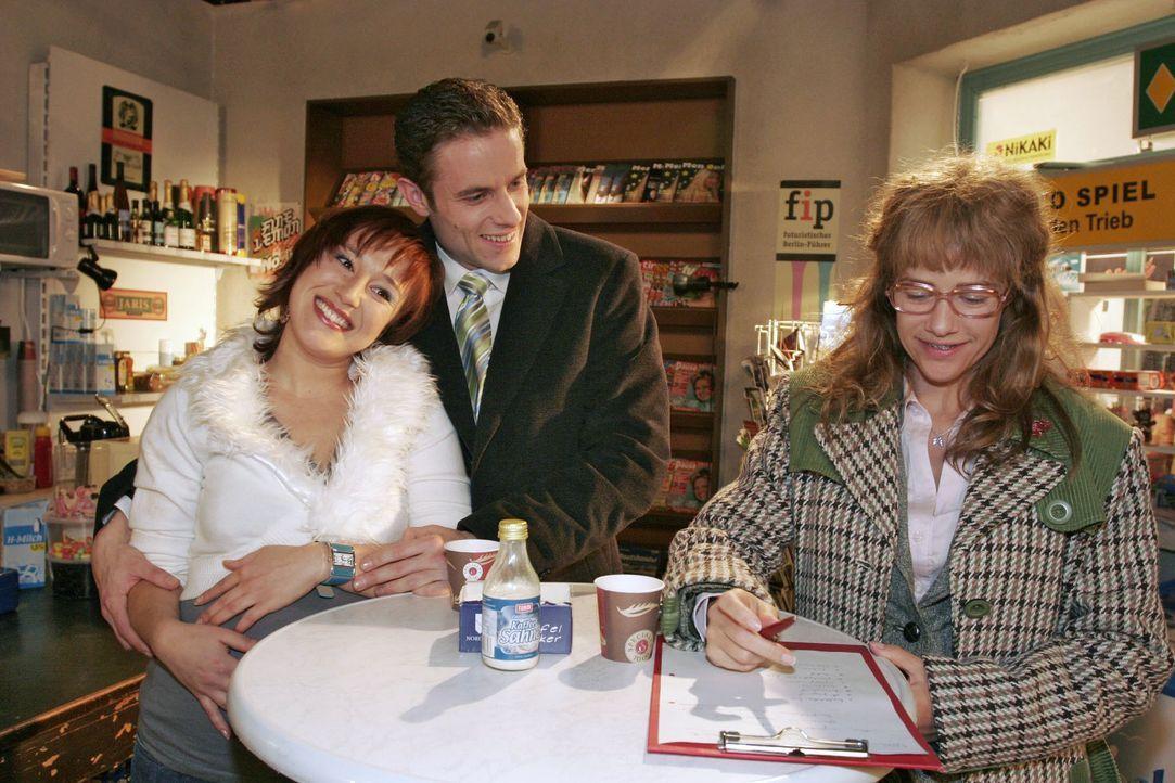 Lisa (Alexandra Neldel, r.) hat beschlossen, das Geheimnis der Liebe herauszufinden - und notiert sich Max' (Alexander Sternberg, M.) und Yvonnes (B... - Bildquelle: Noreen Flynn SAT.1 / Noreen Flynn