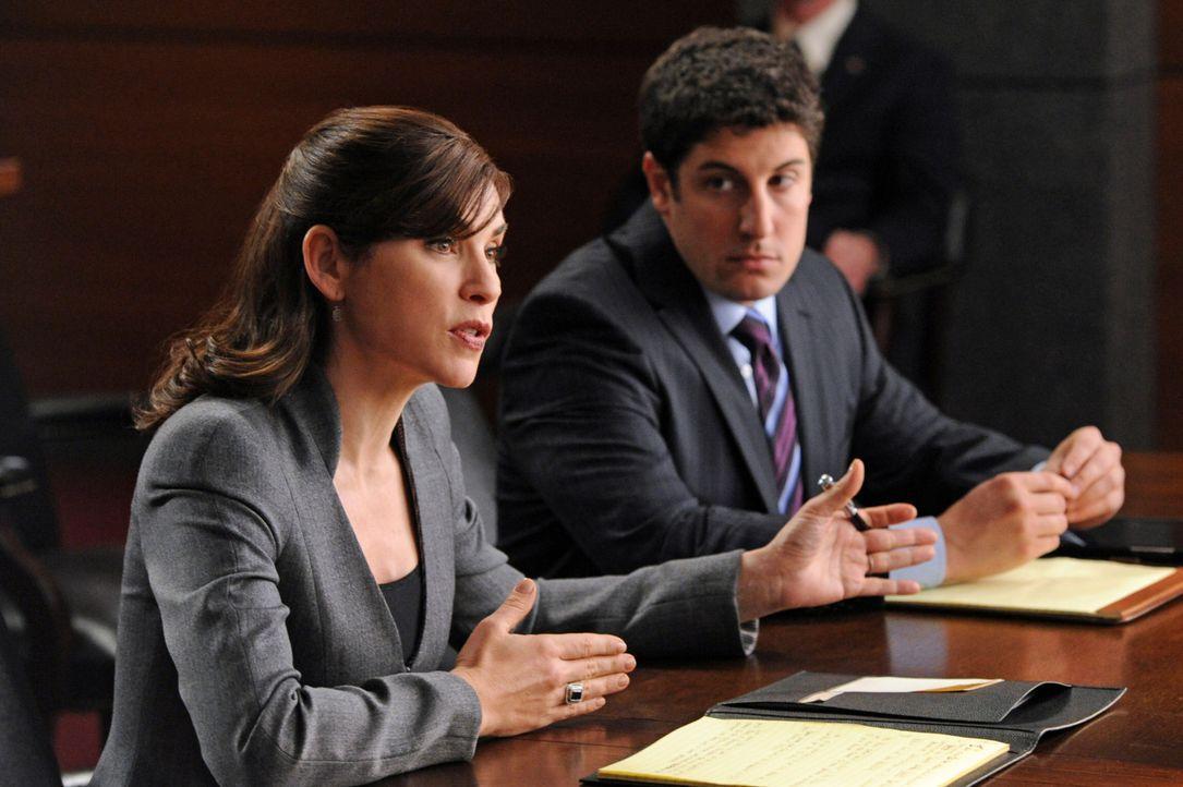 Alicia (Julianna Margulies, l.) soll dem Anwalt für Computerrecht Dylan Stack (Jason Biggs, r.) aus der Klemme helfen ... - Bildquelle: 2011 CBS Broadcasting Inc. All Rights Reserved.