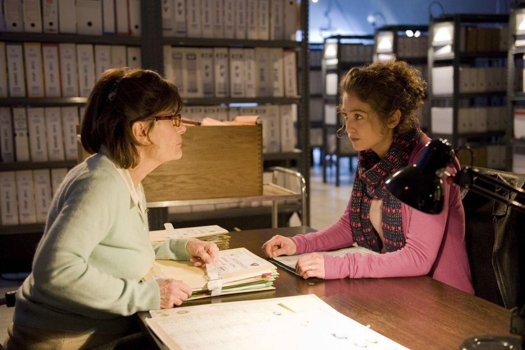 Vivane (Josée Drevon, l.) und Emma (Sophie de Fürst, r.) durchforsten zusammen das Archiv und machen schließlich eine Entdeckung, die den neusten Fa... - Bildquelle: 2015 BEAUBOURG AUDIOVISUEL