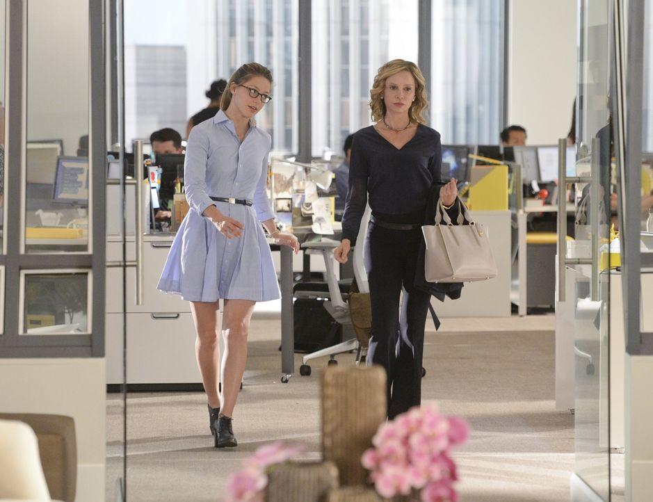Als Kara (Melissa Benoist, l.) muss sie auf Cats (Calista Flockhart, r.) Sohn aufpassen und als Supergirl muss sie den Täter finden, der National Ci... - Bildquelle: 2015 Warner Bros. Entertainment, Inc.