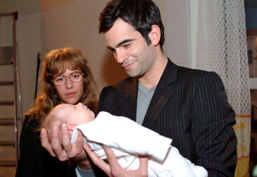 Bewegt betrachtet Lisa (Alexandra Neldel, l.), wie David (Mathis Künzler, r.) die Tochter von Max und Yvonne in den Armen hält. (Dieses Foto von A... - Bildquelle: Noreen Flynn Sat.1