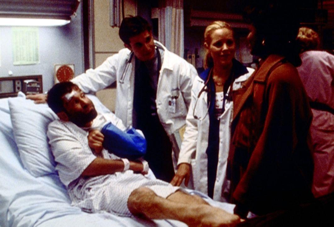 Beschämt müssen Del Amico (Maria Bello, 2.v.r.) und Carter (Noah Wyle, 2.v.l.) feststellen, dass der schwerbehinderte Lorenzo (Neil Marcus) kein Obd... - Bildquelle: TM+  2000 WARNER BROS.