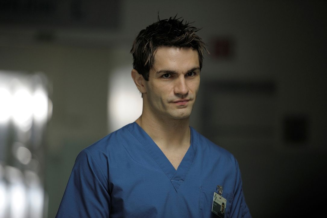 Zeigt Sally einen alten Krankenhausflügel, in dem viele Geister wohnen: Aidan (Sam Witwer) ... - Bildquelle: Phillipe Bosse Syfy Channel