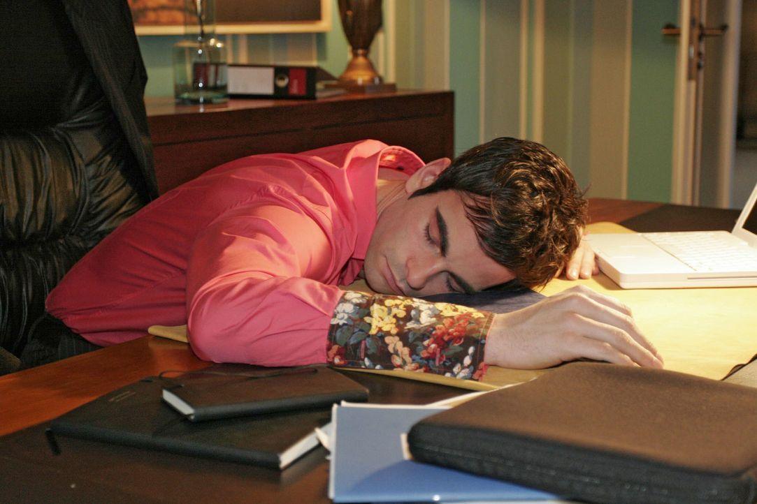 Über die Sorge um Mariella ist David (Mathis Künzler) am Schreibtisch eingeschlafen. - Bildquelle: Noreen Flynn SAT.1 / Noreen Flynn