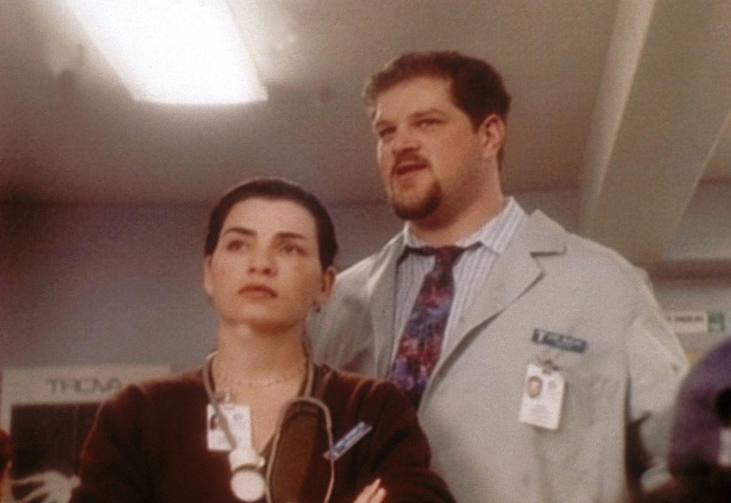 Die Befürchtungen von Hathaway (Julianna Margulies, l.) und Jerry (Abraham Benrubi, r.) bewahrheiten sich: Es ist Nacht und zahlreiche Unfallopfer... - Bildquelle: TM+  WARNER BROS.