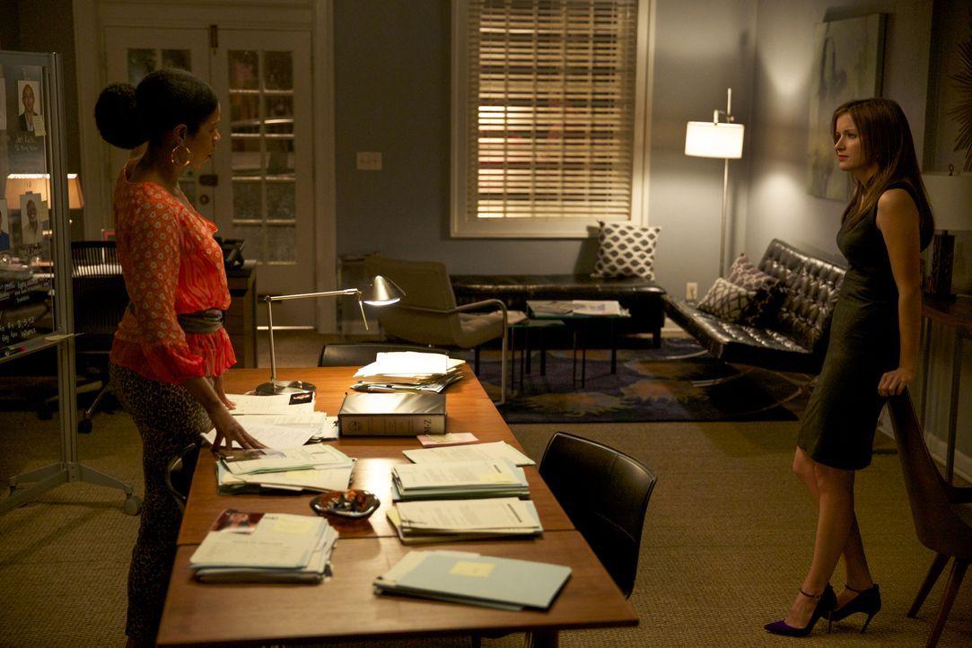 Werden Vi (Kim Wayans, l.) und Jamie (Anna Wood, r.) mit dem Urteil, zur Klage wegen sexueller Belästigung, zufrieden sein? - Bildquelle: 2013 CBS BROADCASTING INC. ALL RIGHTS RESERVED.