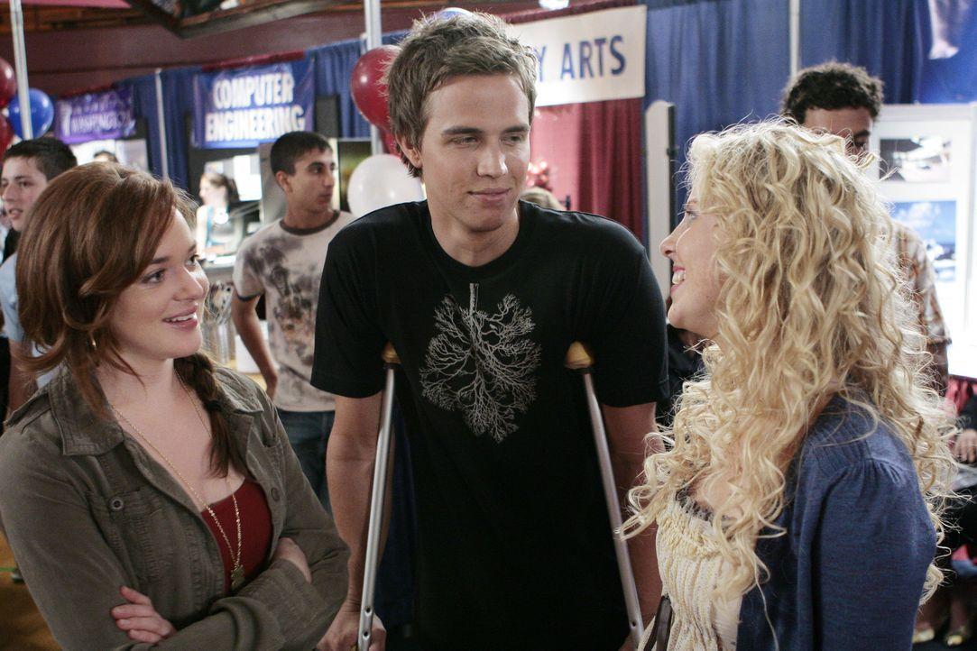 Die Jugendlichen Lori (April Matson, l.), Hillary (Chelan Simmons, r.) und Declan (Chris Olivero, M.) sollen sich über ihre Zukunft informieren. Ih... - Bildquelle: TOUCHSTONE TELEVISION