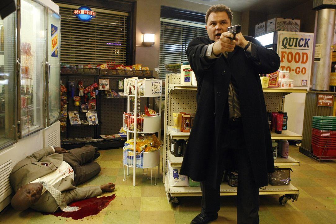 Kann Det. Nick Vera (Jeremy Ratchford, r.) den Schützen, der Det. Will Jeffries (Thom Barry, l.) angeschossen hat, dingfest machen? - Bildquelle: Warner Bros. Television