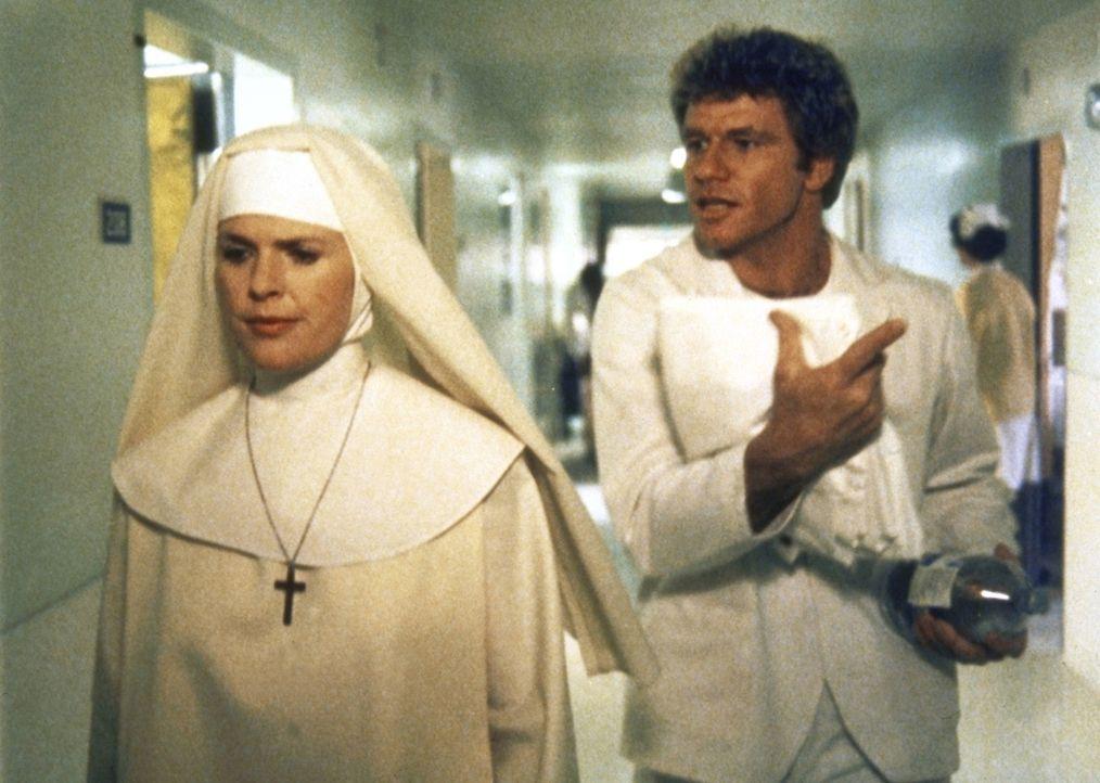 In einem Krankenhaus tarnen sich Cagney (Sharon Gless, l.) als Nonne und Isbecki (Martin Kove) als Pfleger. - Bildquelle: ORION PICTURES CORPORATION. ALL RIGHTS RESERVED.