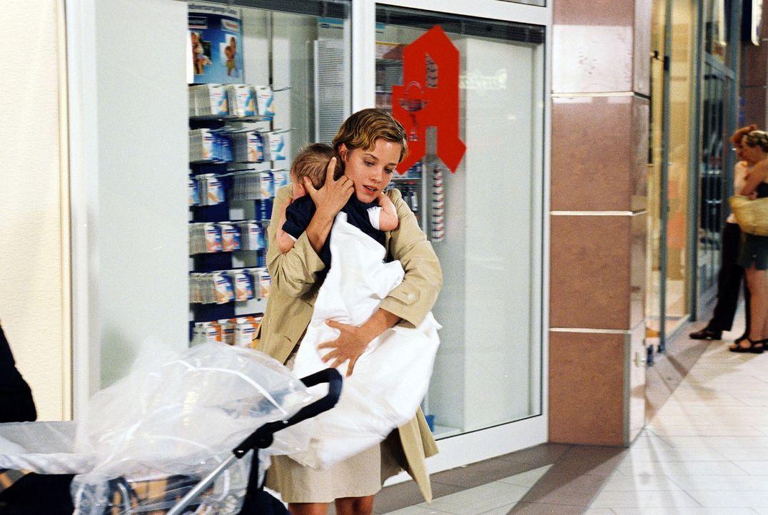 Nicole Brandt (Muriel Baumeister) entführt den kleinen Kevin. - Bildquelle: Sat.1