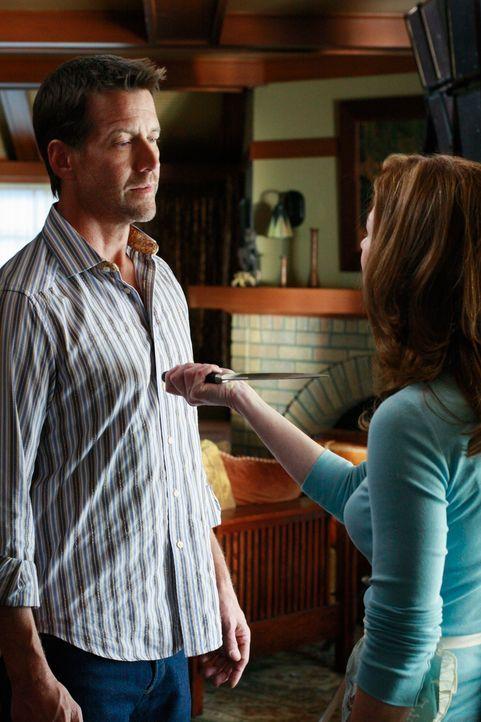 Katherine (Dana Delany, r.) kommt damit nicht klar, dass Mike (James Denton, l.) sie wegen Susan verlassen hat. Sie versucht nun alles, um sich zu r... - Bildquelle: ABC Studios