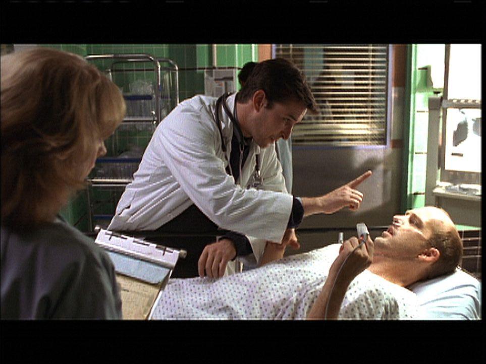 Nach einem Krampfanfall verrät Greene (Anthony Edwards, r.) Carter (Noah Wyle, M.) ein schreckliches Geheimnis. - Bildquelle: TM+  2000 WARNER BROS.