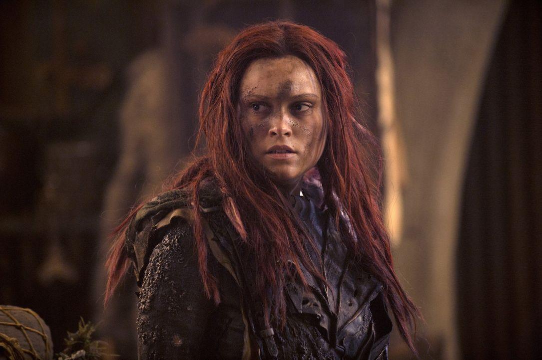 Während die ehemaligen Ark-Bewohner glauben, endlich in Frieden auf der Erde leben zu können, kämpft Clarke (Eliza Taylor) noch immer ums Überleben... - Bildquelle: 2014 Warner Brothers