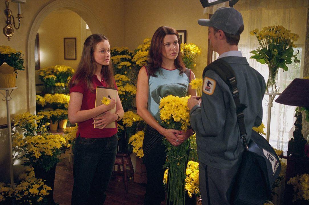 Während Rory (Alexis Bledel, l.) Dean mit zum Essen bei ihren Großeltern nimmt, verschweigt Lorelai (Lauren Graham, M.) ihren Eltern, dass Max ihr e... - Bildquelle: 2001 Warner Bros. Entertainment, Inc.