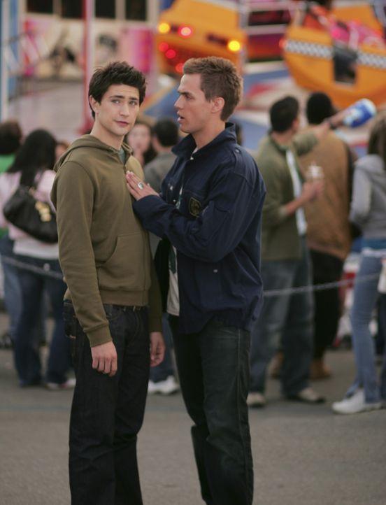 Kyle (Matt Dallas, l.) möchte herauszufinden, was Tom Foss vorhat. Der hat ihm nämlich damit gedroht, dass der Familie Trager etwas Schreckliches... - Bildquelle: TOUCHSTONE TELEVISION